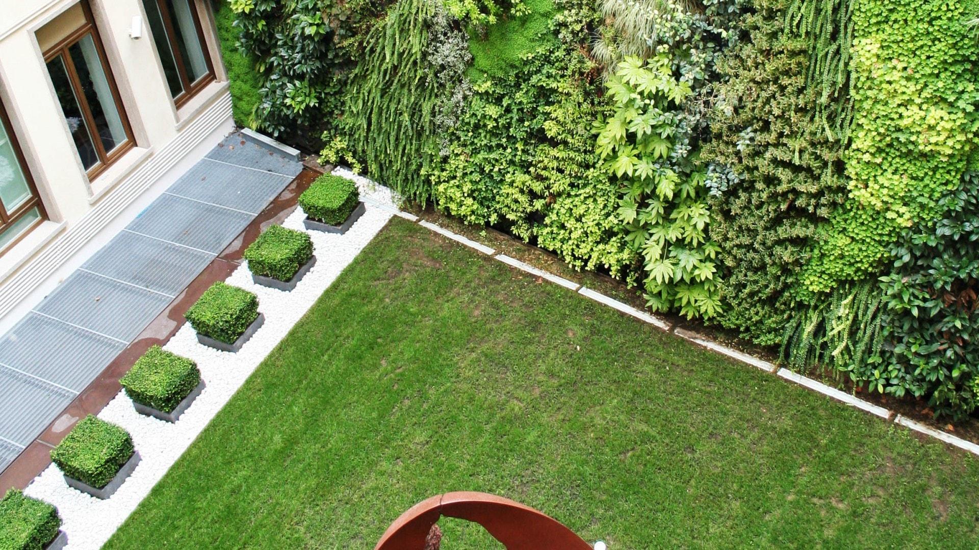 Pareti Verdi Verticali Costi i giardini verticali: il fascino e il benessere di una